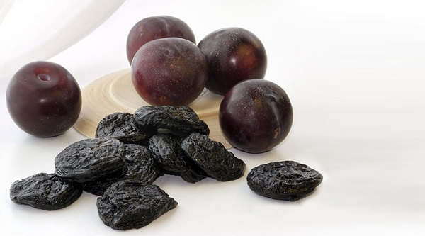 What varieties of plums are suitable for making prunes, and how to make it at home