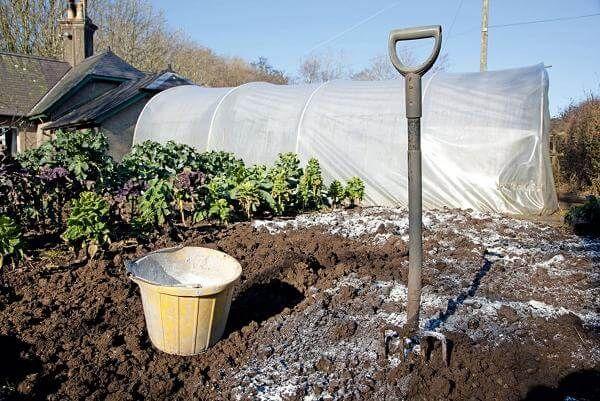 Fertilizing soil for digging